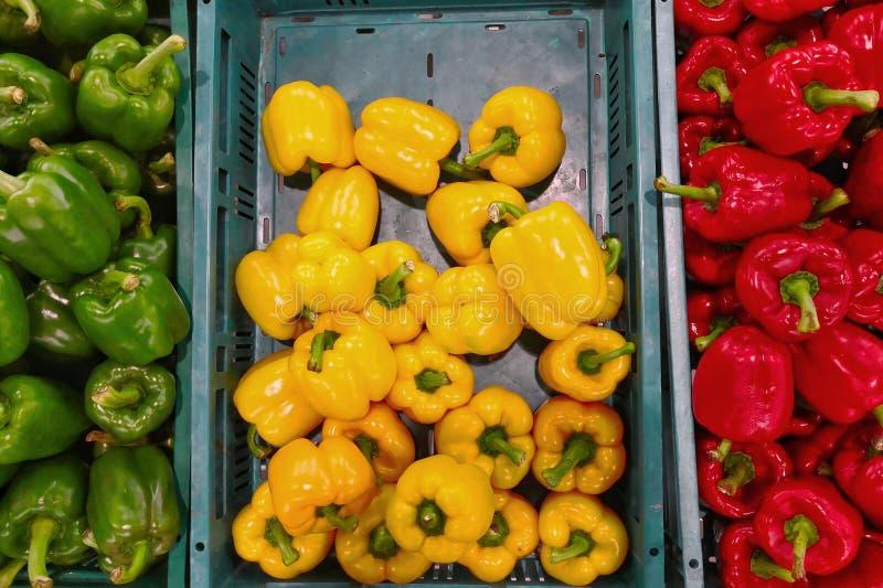Peperone dolce giallo e verde rosso fresco sul mercato di strada fotografia stock