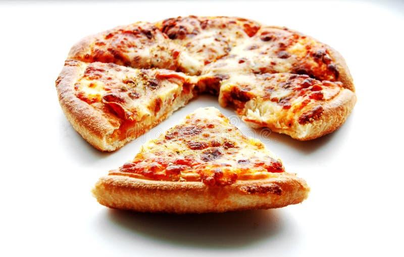Peperoni η πίτσα στο λευκό απομονώνει στοκ φωτογραφίες