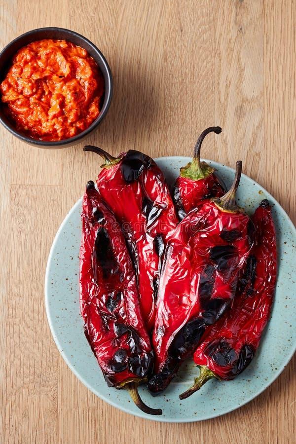 Peperoni arrostiti su un piatto immagine stock