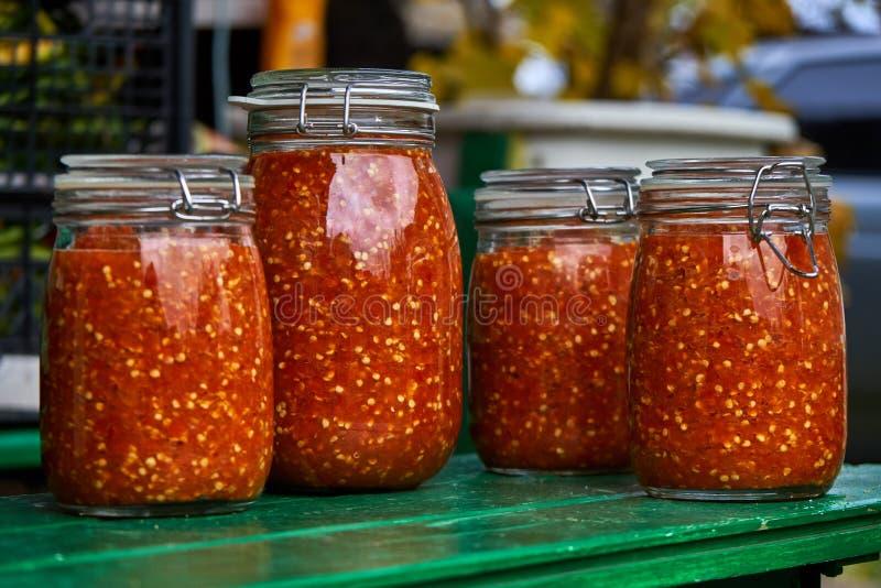 Peperoni in den Gläsern lizenzfreies stockfoto
