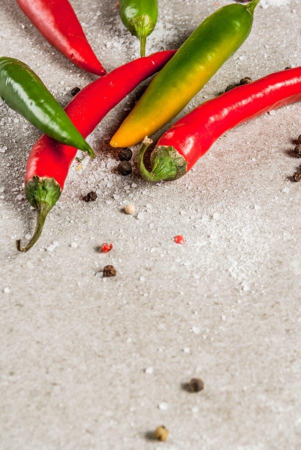 Peperoni di peperoncini rossi rossi e verdi fotografia stock libera da diritti