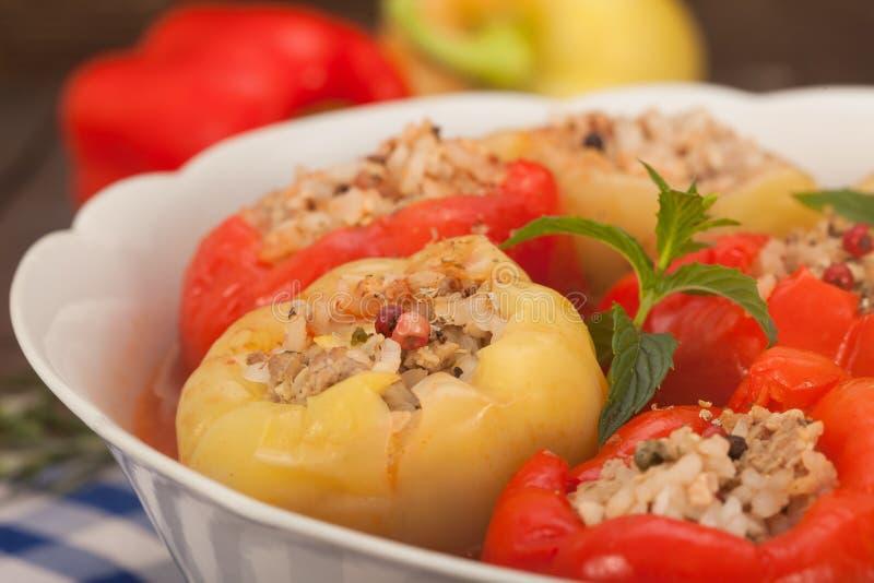 Peperoni dolci farciti con carne tritata e riso immagini stock