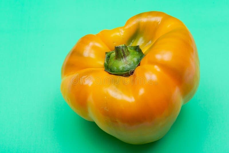 Peperoni dolci organici maturi freschi, un gruppo della cultivar del capsicum annuum di specie, isolato su verde immagine stock