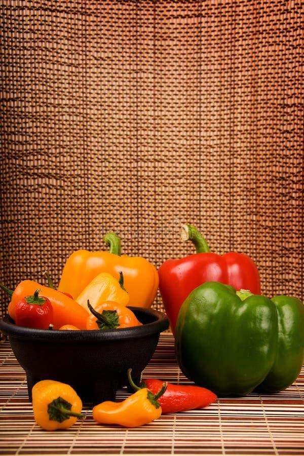 Peperoni dolci rossi ed arancioni gialli verdi fotografia stock libera da diritti
