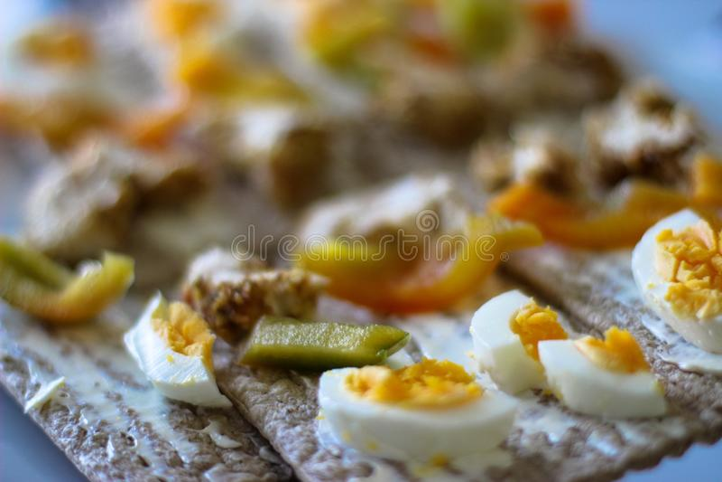 Peperoni dolci, uovo, pane tostato, pollo al forno fotografie stock