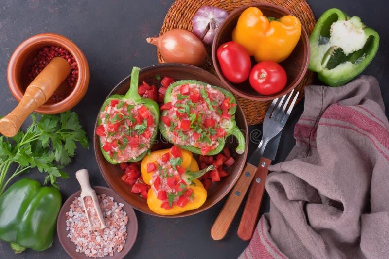 Peperoni dolci variopinti farciti con riso e carne tritata immagini stock