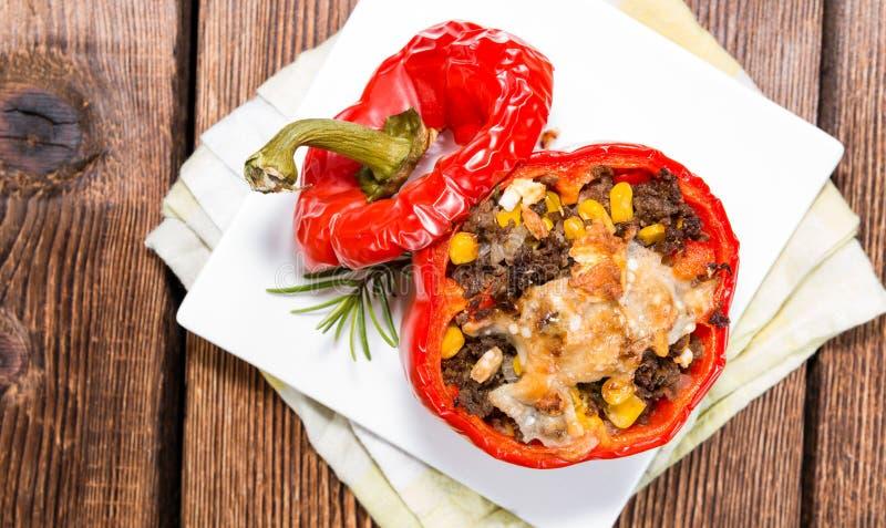 Peperoni farciti (con carne, le erbe ed il formaggio) fotografie stock