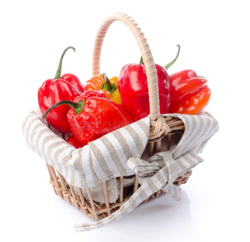 Peperoni freschi del habanero in un canestro immagine stock