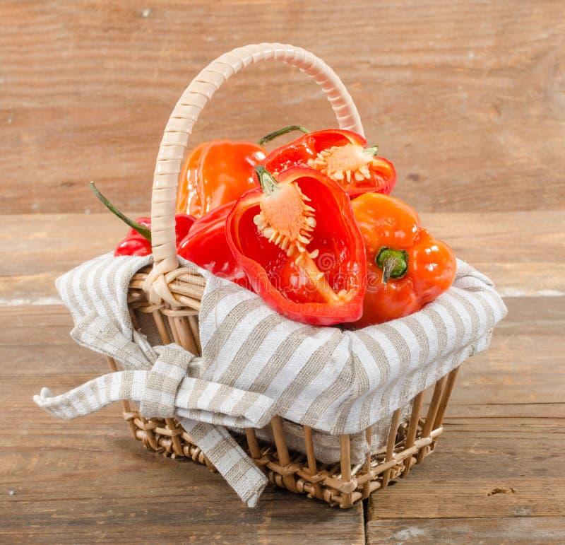 Peperoni freschi del habanero in un canestro immagini stock libere da diritti