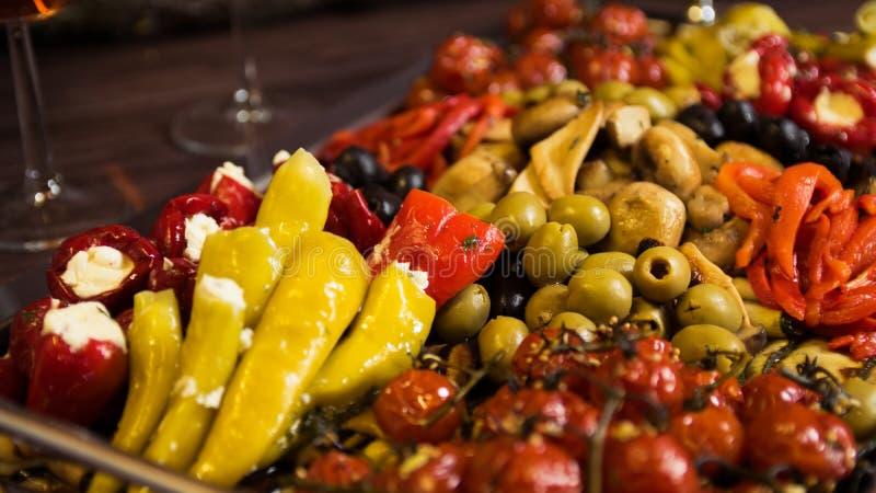 Peperoni, Oliven und Tomaten lizenzfreies stockfoto