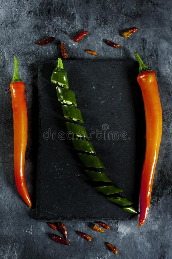 Peperoni verdi, affettati, di Caienna e peperoni rossi freschi immagini stock