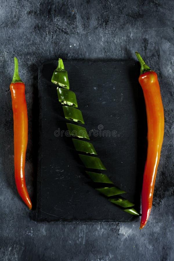 Peperoni verdi, freschi, affettati e peperoni rossi freschi fotografia stock