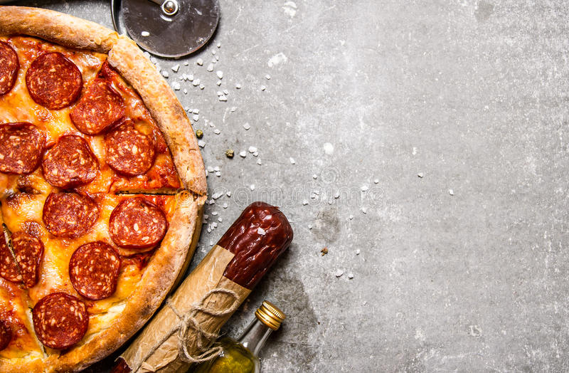 Peperonipizza med salami och ost På stentabellen arkivfoton