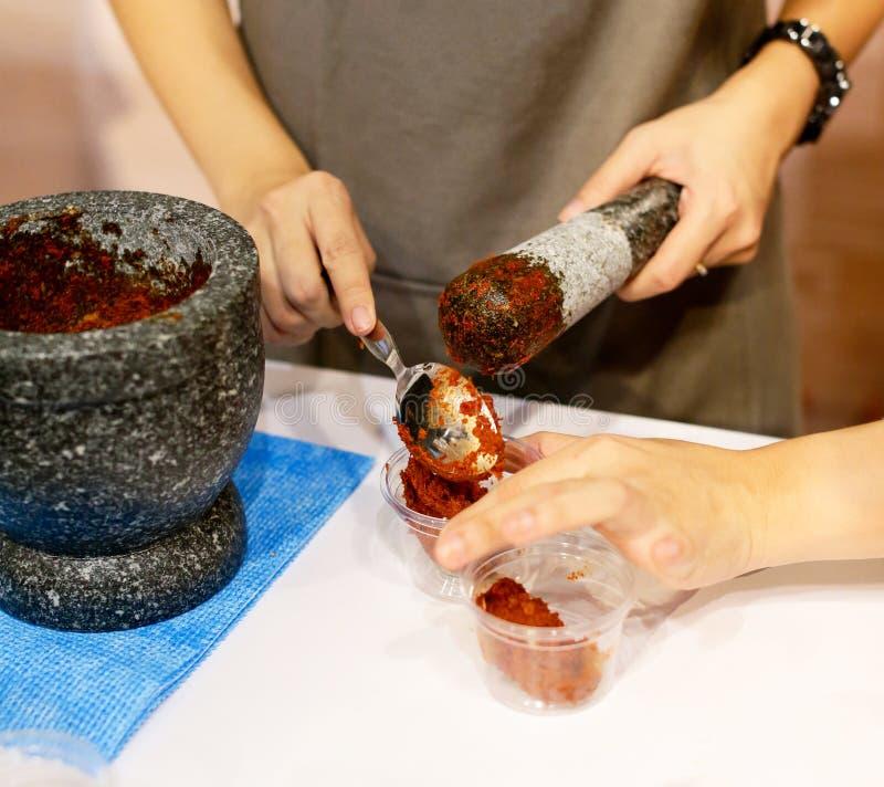 Peperspaanse peper en Mortier, kokend Thais voedsel in de keuken stock foto's