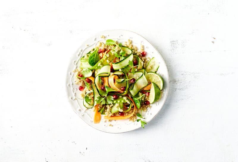 Pepino, cenoura, ervilha de açúcar e salada do quinoa com sementes da romã foto de stock royalty free