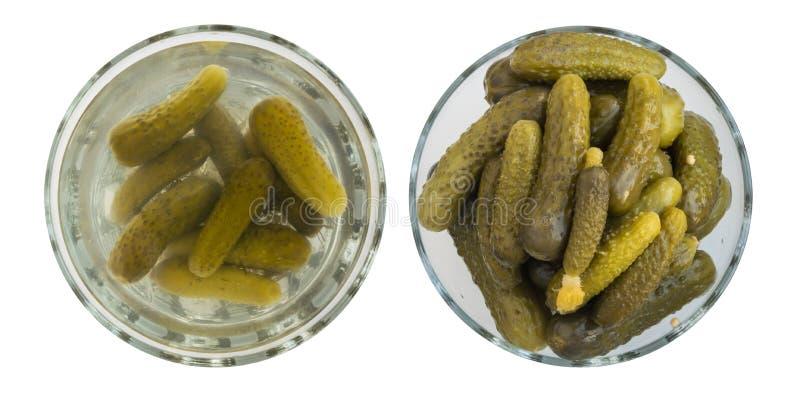 Pepino conservados caseiros ou pepinos na bacia redonda de vidro imagens de stock