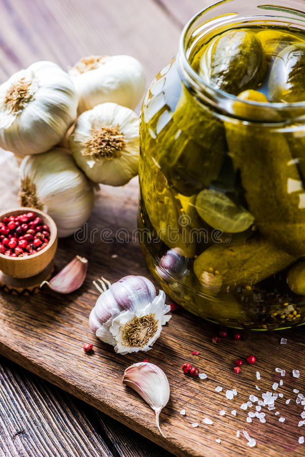 Pepino conservados no frasco de vidro, com ingredientes e alho imagens de stock