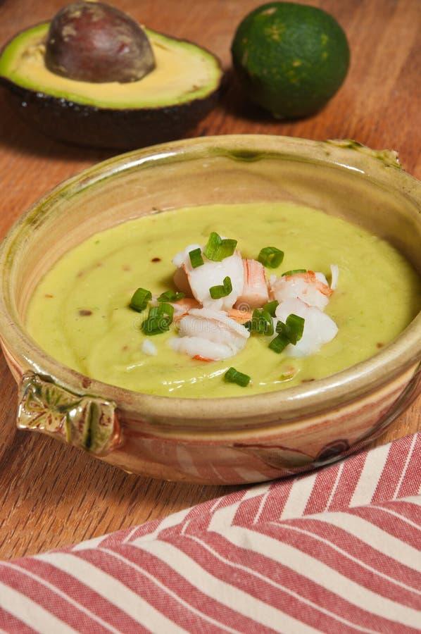 Pepino da dieta de Paleo, abacate e sopa refrigerados orgânicos do camarão imagem de stock royalty free
