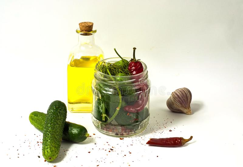 Pepino no frasco de vidro, em pepinos conservados com especiarias e em azeite Copie o espaço fotos de stock