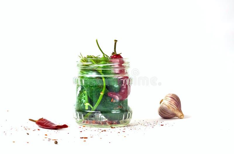 Pepino no frasco de vidro, pepinos conservados com especiarias Copie o espaço, imagens de stock royalty free