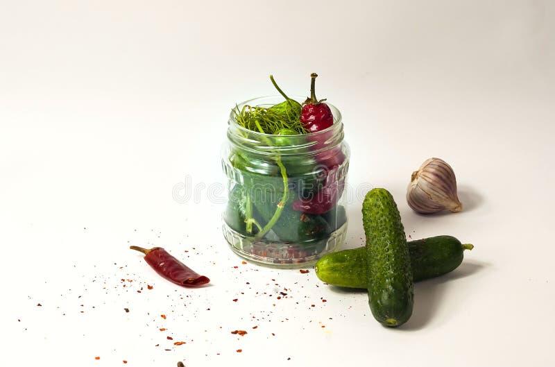 Pepino no frasco de vidro, pepinos conservados com especiarias Copie o espaço, fotografia de stock royalty free