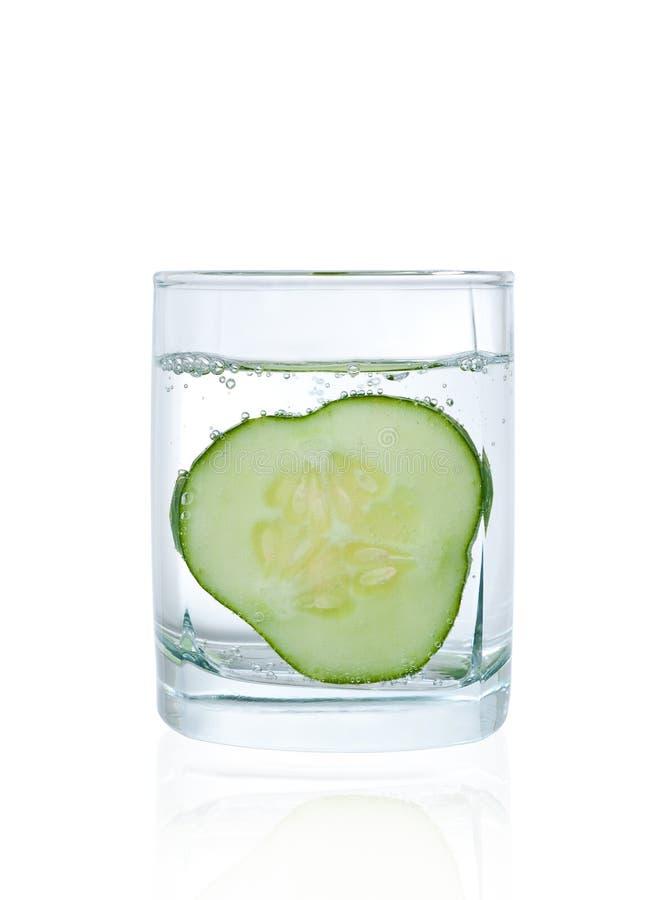 Pepino no vidro da água mineral fotos de stock