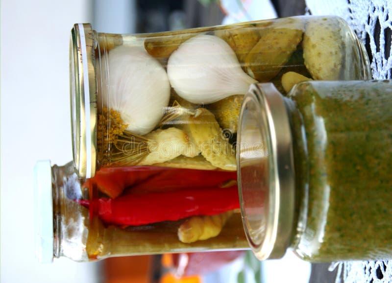 Pepino y paprika conservados en vinagre en el tarro imagen de archivo libre de regalías