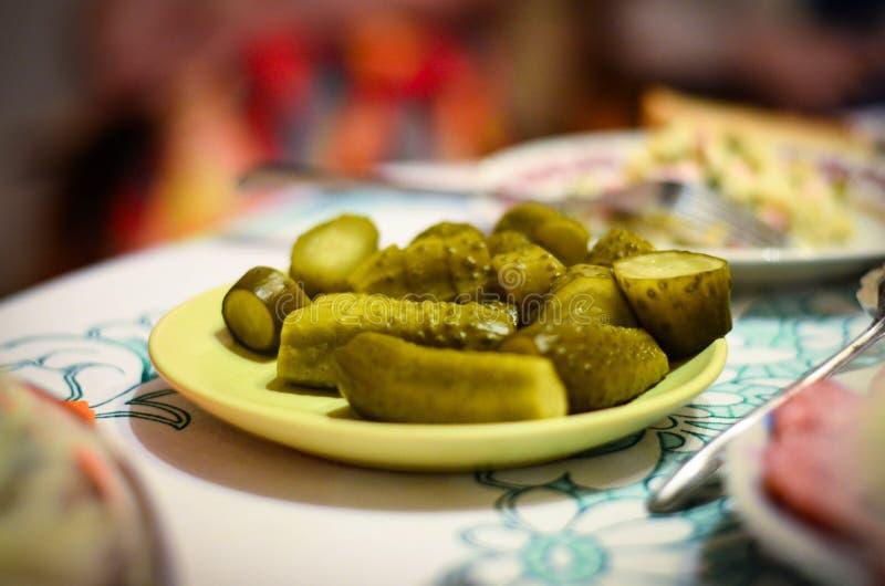 Pepinos conservados en vinagre según la receta de la abuela en la tabla del Año Nuevo foto de archivo