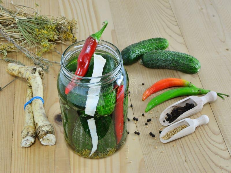 Pepinos de conservação em vinagre com ervas e especiarias fotos de stock royalty free
