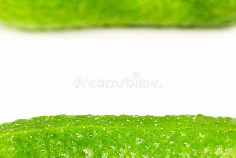 Pepinos de conserva en vinagre orgánicos frescos aislados en el fondo blanco imagen de archivo