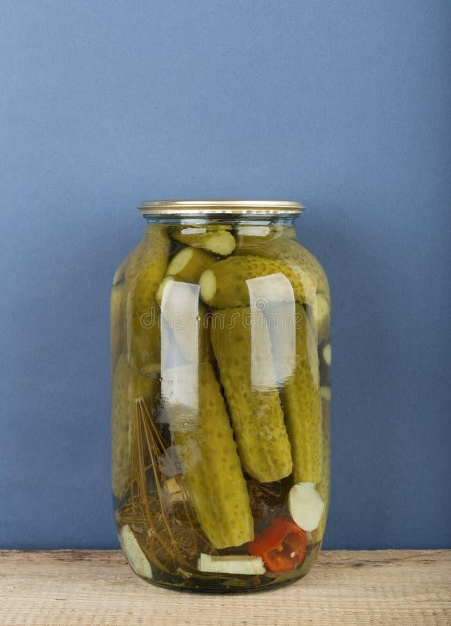 Pepinos enlatados em um frasco fotos de stock