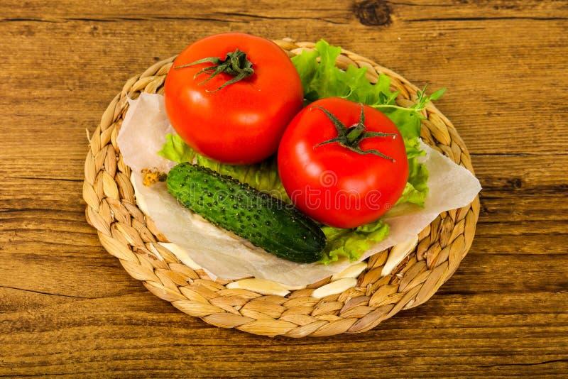 Pepinos y tomates foto de archivo libre de regalías