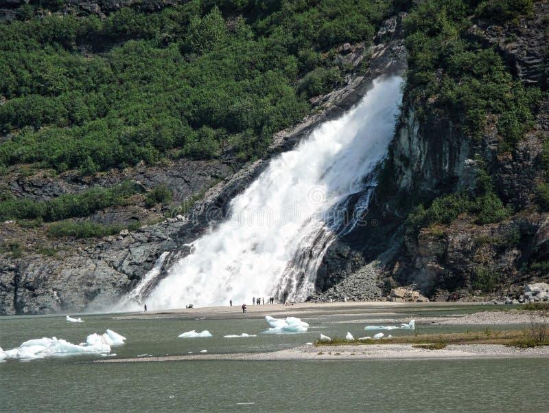 A pepita cai na geleira de Mendenhall, Alaska imagem de stock royalty free