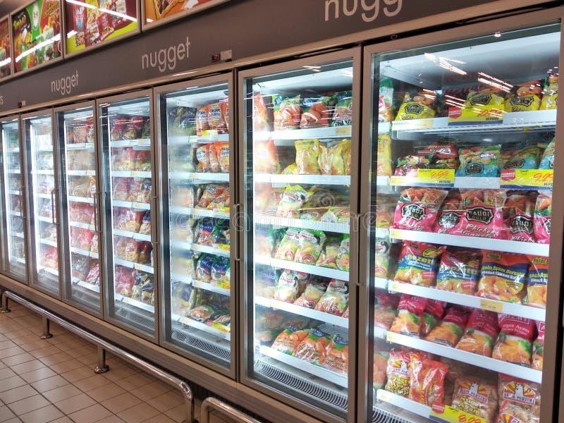 Pepita de galinha embalada no vário tipo colocado no refrigerador do refrigerador da exposição imagem de stock royalty free