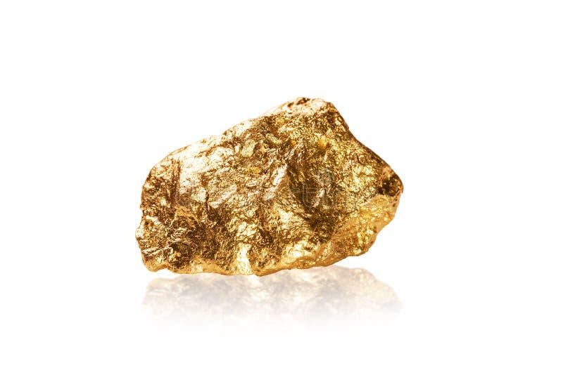 Pepita de oro en el fondo blanco. imagen de archivo
