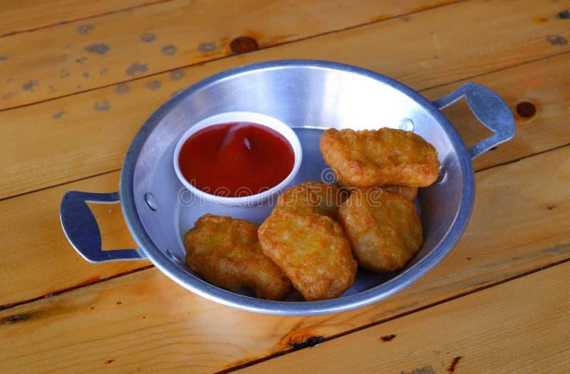 Pepitas de galinha com molho de tomate foto de stock royalty free