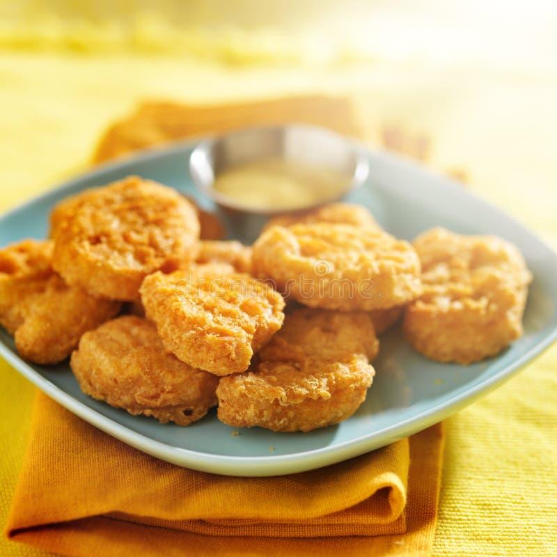 Pepitas de pollo con la salsa de mostaza de la miel imagen de archivo libre de regalías