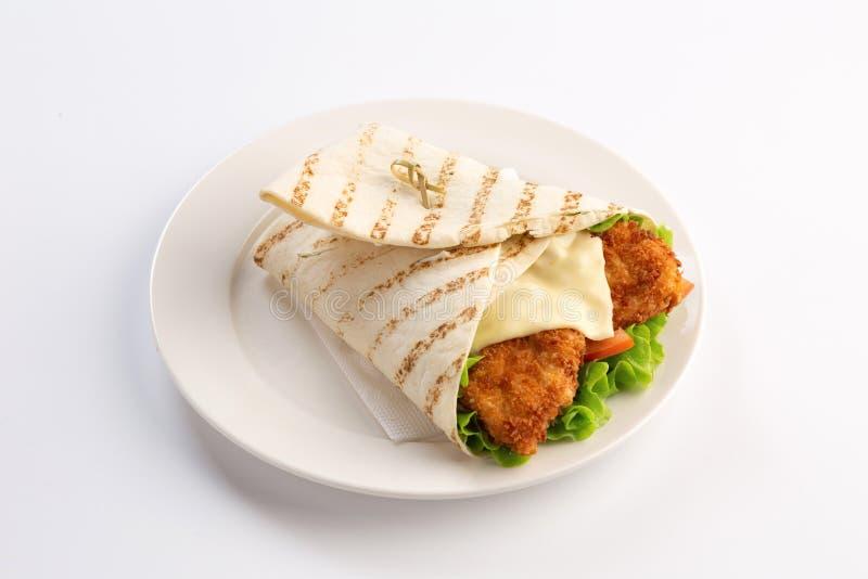 Pepite con i verdi e formaggio avvolto in pita su fondo bianco fotografia stock libera da diritti