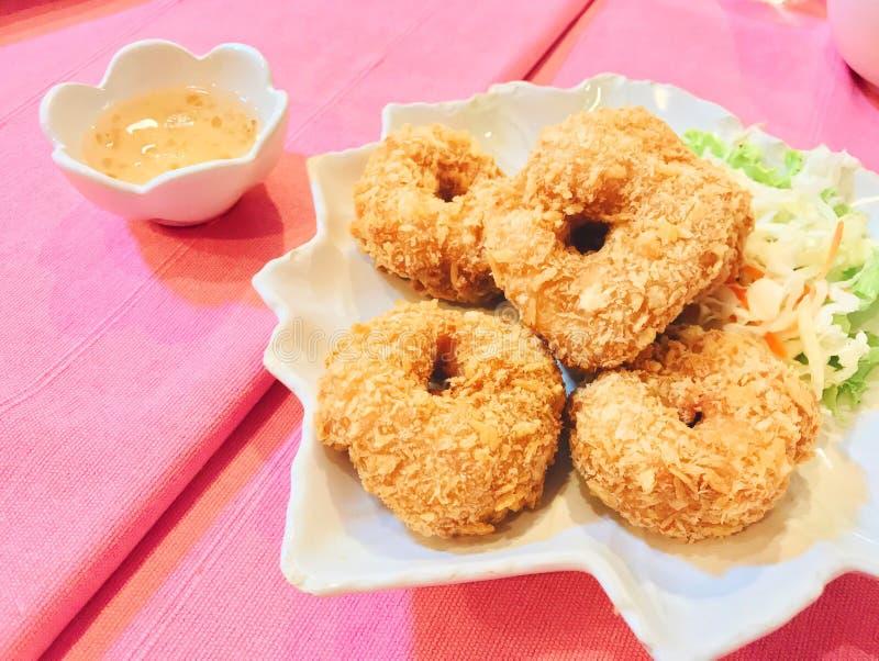 Pepite di pollo croccanti fritte con la salsa del pollo e la verdura fresca in piatto bianco immagine stock libera da diritti