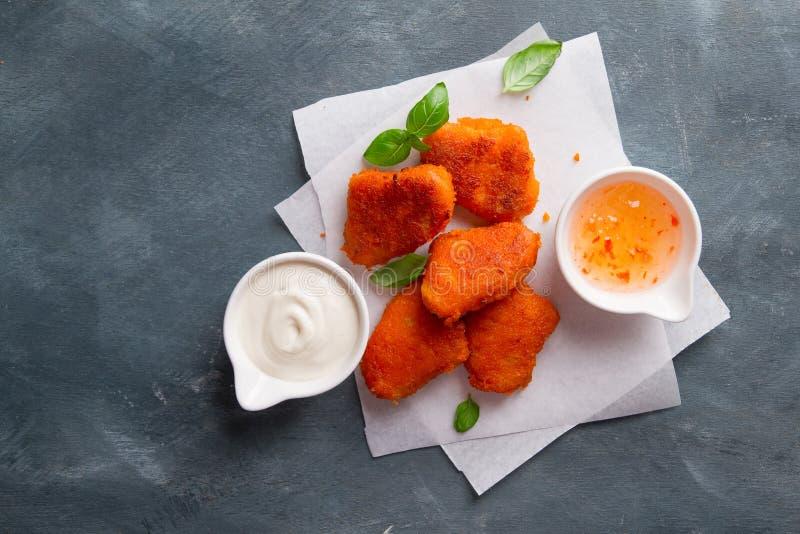 Pepite di pollo croccanti fritte con le salse immagine stock libera da diritti