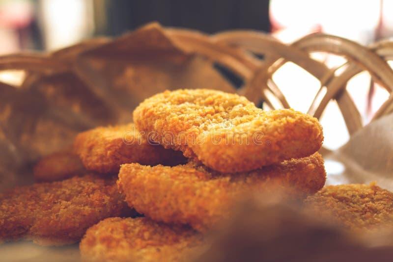 Pepite di pollo immagazzinate in un piccolo canestro fotografia stock