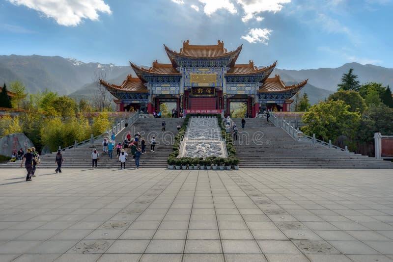 Peple komms i den Chongsheng templet arkivbild
