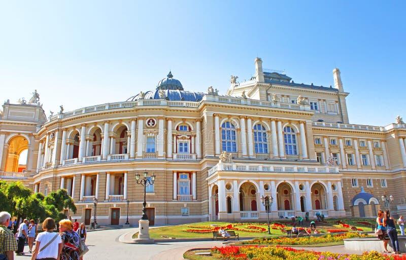 Peple non identifié près d'Odessa National Academic Theatre d'opéra et de ballet, Odessa, Ukraine photographie stock