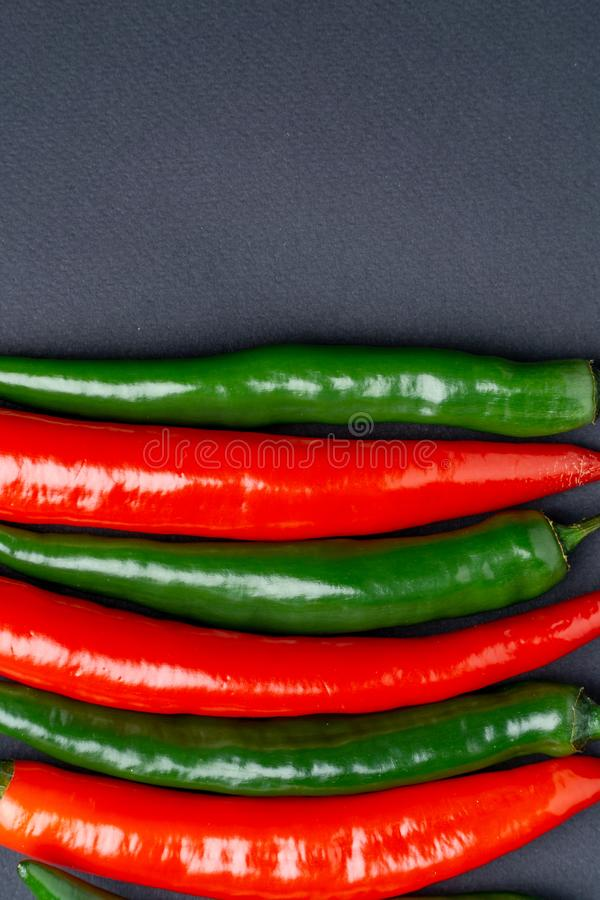 Peppar för grön och röd chili på bästa sikt för svart bakgrund Hoad kryddig mat royaltyfri fotografi