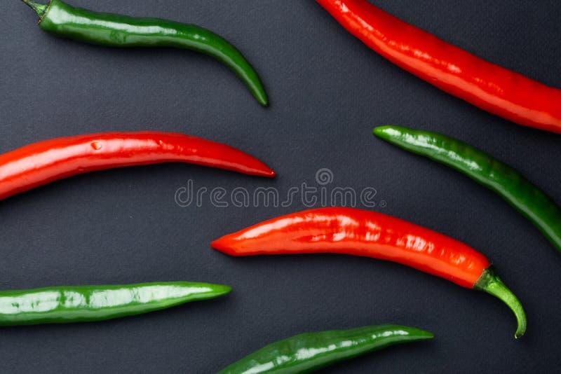 Peppar för grön och röd chili på bästa sikt för svart bakgrund Hoad kryddig mat arkivbild