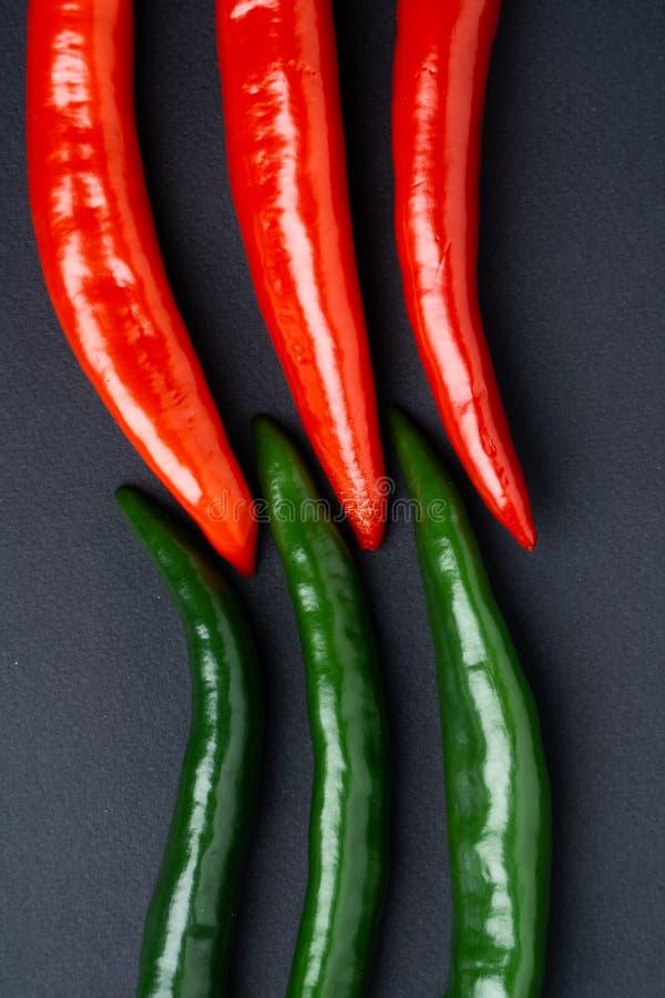 Peppar för grön och röd chili på bästa sikt för svart bakgrund Hoad kryddig mat arkivfoton