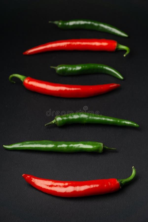 Peppar för grön och röd chili på bästa sikt för svart bakgrund Hoad kryddig mat royaltyfria bilder