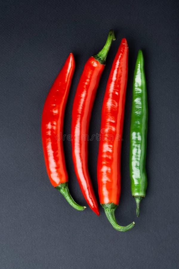 Peppar för grön och röd chili på bästa sikt för svart bakgrund Hoad kryddig mat royaltyfri bild