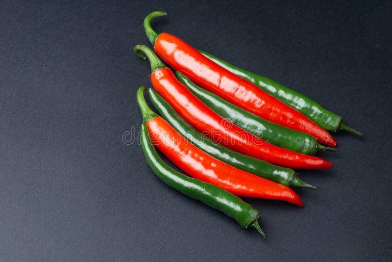 Peppar för grön och röd chili på bästa sikt för svart bakgrund Hoad kryddig mat royaltyfria foton