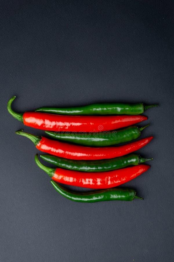 Peppar för grön och röd chili på bästa sikt för svart bakgrund Hoad kryddig mat arkivfoto